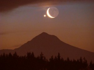 venus luna Venus  se encuentra rozagante junto a la Luna.